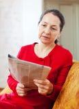 Giornale malinconico della lettura della donna Immagine Stock