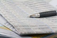 Giornali e penna di affari Fotografia Stock