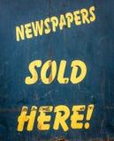 Giornali venduti qui Fotografie Stock Libere da Diritti