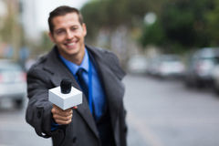 Giornalista che dà microfono Fotografie Stock Libere da Diritti