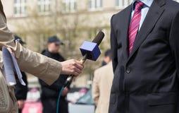 Giornalista che fa intervista di media Immagine Stock