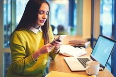 Giornalista della donna professionale che per mezzo del computer portatile con derisione sullo schermo per il lavoro Fotografia Stock