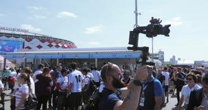 Giornalista ed operatore fra i fan stock footage