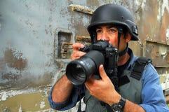 Giornalista fotografico che documenta guerra e conflitto immagine stock