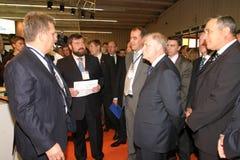 Giornalisti di Irkutsk del regolatore della tribuna degli uomini d'affari minimi Immagine Stock