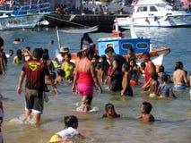 Giornata indaffarata alla spiaggia pubblica Fotografia Stock Libera da Diritti