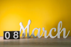 Giorni internazionali felici del ` s delle donne 8 marzo Giorno 8 del mese, calendario di legno quotidiano sulla tavola con fondo Immagine Stock Libera da Diritti