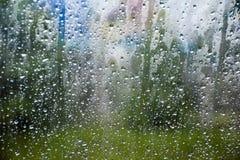 Giorni piovosi, gocce di pioggia su una finestra di automobile Immagini Stock
