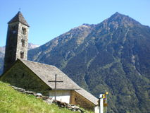 Giornico: ландшафт с церковью St.Nicolaos Стоковые Изображения