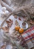 Giorno accogliente dell'autunno con le candele immagine stock