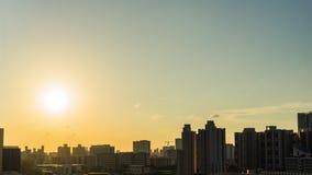 Giorno al bello cielo di tramonto con il lasso di tempo dorato della nuvola video d archivio