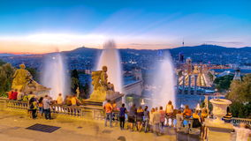 Giorno al timelapse di notte Vista della città da Montjuic con la fontana stock footage