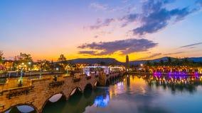 Giorno all'intervallo di notte di Verona a Tublan, stile dell'Italia del centro commerciale in Prachin Buri, Tailandia stock footage