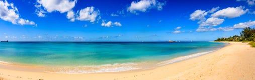 Giorno alla spiaggia nell'isola delle Barbados, caraibica immagine stock