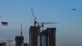 Giorno alla vista di notte del cantiere del condominio nell'orizzonte del centro di Singapore con muoversi delle nuvole stock footage