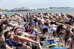 Giorno aperto di yoga di Salonicco La gente riunita per eseguire trai di yoga Immagine Stock Libera da Diritti