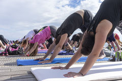 Giorno aperto di yoga di Salonicco La gente riunita per eseguire trai di yoga Fotografie Stock Libere da Diritti