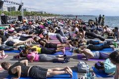 Giorno aperto di yoga di Salonicco La gente riunita per eseguire trai di yoga Fotografia Stock Libera da Diritti