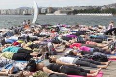 Giorno aperto di yoga di Salonicco La gente riunita per eseguire trai di yoga Fotografie Stock