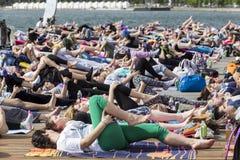 Giorno aperto di yoga di Salonicco La gente riunita per eseguire trai di yoga Immagine Stock