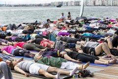 Giorno aperto di yoga di Salonicco La gente riunita per eseguire trai di yoga Fotografia Stock