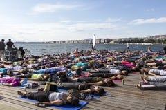 Giorno aperto di yoga di Salonicco La gente riunita per eseguire trai di yoga Immagini Stock