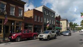 Giorno che stabilisce colpo delle stanze frontali di negozio generiche di Main Street della cittadina stock footage