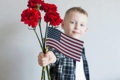 Giorno dei Caduti con i fiori e la bandiera americana Immagini Stock Libere da Diritti