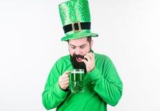 Giorno dei patricks del san della parte integrante del consumo dell'alcool Tradizione irlandese Birra barbuta brutale della pinta fotografie stock libere da diritti