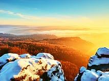 Giorno dei peperoncini rossi in rocce Picco roccioso della montagna nel giorno di inverno Fotografia Stock Libera da Diritti