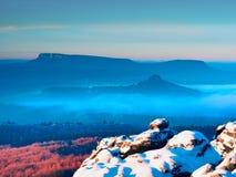 Giorno dei peperoncini rossi in rocce Picco roccioso della montagna nel giorno di inverno Immagini Stock Libere da Diritti