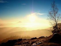 Giorno dei peperoncini rossi in rocce Picco roccioso della montagna nel giorno di inverno Fotografie Stock Libere da Diritti