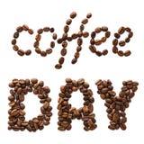 Giorno del caffè di frase fatto dei chicchi di caffè arrostiti Iscrizione dell'alimento fotografia stock libera da diritti