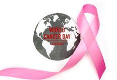 Giorno del cancro del mondo: Nastro di consapevolezza del cancro al seno sulla mappa di mondo fotografia stock libera da diritti
