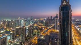 Giorno del centro del Dubai alla vista panoramica delle torri moderne del timelapse di notte dalla cima nel Dubai, Emirati Arabi  archivi video