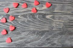 Giorno del `s del biglietto di S Cuori rossi su un fondo di legno Fotografie Stock Libere da Diritti