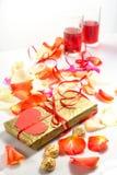 Giorno del `s del biglietto di S Due vetri con vino rosso ed i regali Immagine Stock