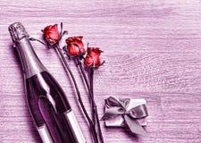 Giorno del ` s del biglietto di S. Valentino, Champagne, contenitore di regalo, compleanno, nozze, ` della madre Fotografia Stock Libera da Diritti
