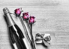 Giorno del ` s del biglietto di S. Valentino, Champagne, contenitore di regalo, compleanno, nozze, ` della madre Fotografia Stock