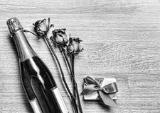 Giorno del ` s del biglietto di S. Valentino, Champagne, contenitore di regalo, compleanno, nozze, ` della madre Fotografie Stock