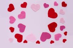 Giorno del ` s del biglietto di S. Valentino della carta Cuori rossi e rosa su un fondo rosa-chiaro Fotografia Stock Libera da Diritti