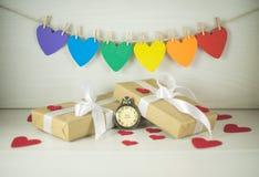 Giorno del ` s del biglietto di S. Valentino della st, regali con gli archi bianchi Immagini Stock Libere da Diritti