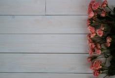 Giorno del `s del biglietto di S Belle rose su fondo di legno bianco fotografie stock