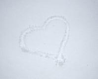 Giorno del `s del biglietto di S Cuore del disegno nella neve Forma del cuore della neve Cuore sul primo piano della neve Immagini Stock Libere da Diritti