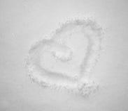Giorno del `s del biglietto di S Cuore del disegno nella neve Forma del cuore della neve Cuore sul primo piano della neve Fotografia Stock