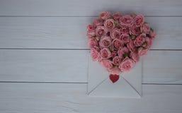 Giorno del `s del biglietto di S Fiori e lettera di amore su fondo di legno Retro stile Fotografie Stock
