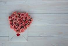 Giorno del `s del biglietto di S Fiori e lettera di amore su fondo di legno Retro stile immagini stock libere da diritti