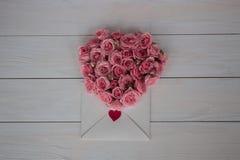 Giorno del `s del biglietto di S Fiori e lettera di amore su fondo di legno Retro stile Fotografia Stock