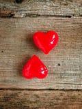 Giorno del ` s del biglietto di S. Valentino - cuori rossi su fondo di legno fotografia stock libera da diritti