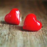 Giorno del ` s del biglietto di S. Valentino - cuori rossi su fondo di legno fotografia stock